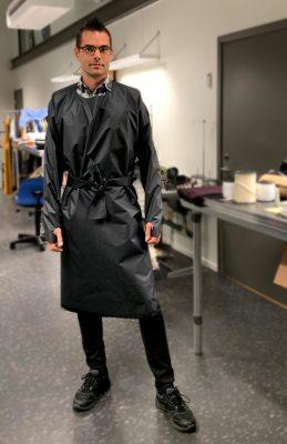Man i svart skyddsförkläde