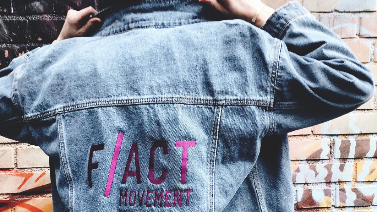 Jeansjacka med texten F/ACT Movement på baksidan