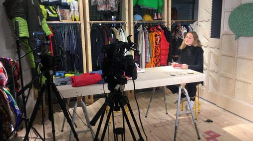 Filmning av intervju i lokal med textilier