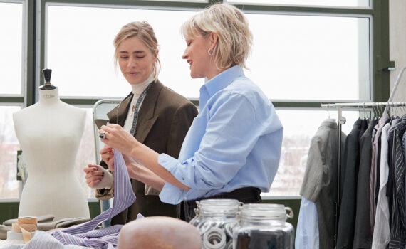 Jennifer Larsson och Anna Lidström vid ett arbetsbord för designers.