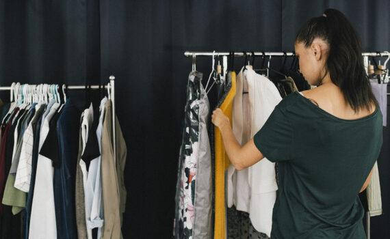 Kläder som hänger på ett ställ